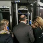 Jean Castex échange avec les techniciens datacenter de l'école de Grigny